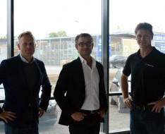 Billede: Per Falken (i midten), Kenneth Brunsholm (tv) og Michael Kanstrup (th) står stolte og glade i det nye store bilhus